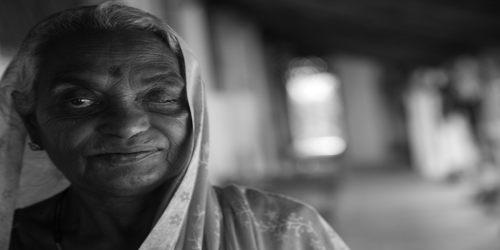 बूढ़ी माँ पर मार्मिक कविता